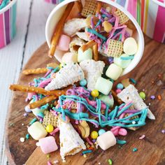 Party snacks for unicorn lovers. This unicorn snack mix is super fun and even contains unicorn horns! #unicorn #unicornparty #snackmix #snacks #candy #sweets #birthday #party