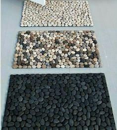 Halı kaydırmazın üzerine istenen taşların yapıştırılmasıyla paspas yapımı.