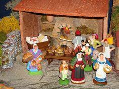 Nous voici maintenant à la boulangerie. Après son dur labeur de nuit, le boulanger s'est couché dans son pétrin (santonTruffier-Douzon) près du four à bois. La relève est prise par son fils qui continue à faire cuire le pain.  Au premier plan à gauche nous apercevons laboulangère de Roverche, à sa droite, le mitron de Carbonel, un santon Arterra ettout à fait à droite laboulangère de Richard d'Aix.