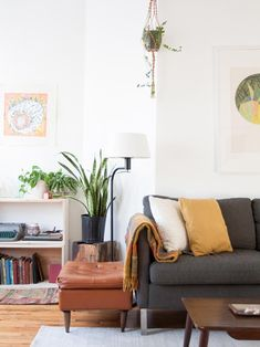 An Two-flat Building in Chicago with a Mid-Century Spin (Design*Sponge) My Living Room, Living Room Interior, Apartment Living, Home And Living, Living Spaces, Mid-century Modern, Modern Living, Contemporary Style, Interior And Exterior