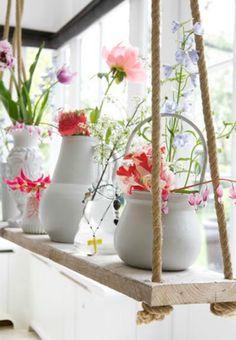 Étagère suspendue et pots en céramique