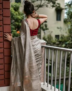 Stylish Plain Saree Looks To Inspire You Stylish Plain Saree Look. Best Picture For Blouse top For Your Taste You are looking for something, Trendy Sarees, Stylish Sarees, Simple Sarees, Sari Dress, The Dress, Lehenga Blouse, Saree Blouse Neck Designs, Blouse Patterns, Saree Poses