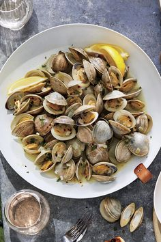 These flavorful grilled clams are perfect for an easy alfresco dinner party. If littlenecks aren't available at the seafood counter, try steamer, Manila, or che Shellfish Recipes, Seafood Recipes, Dinner Recipes, Seafood Appetizers, Seafood Boil, Picnic Recipes, Picnic Ideas, Picnic Foods, Dinner Ideas