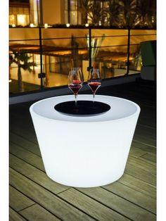 Pour prolonger un bon repas dans le jardin, rien de mieux que la table basse  Bass de Smart & Green qui s'illumine à volonté ! https://www.jardin-concept.com/p-table-basse-lumineuse-bass-86-6284.html