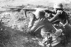 """Romantik im Stahlgewitter—Das Anti Tank Gewehr M1918 war die weltweit erste Panzerbüchse. Sie wurde von Mauser entwickelt, gefertigt und von dem deutschen Heer im Ersten Weltkrieg gegen die """"Tanks"""" der Entente eingesetzt.  Das Gewehr basiert auf dem G98 und besitzt das Kaliber """"13 × 92 mm HR"""". Es konnte auf 100M 20-25MM Stahlpanzerung durchschlagen."""