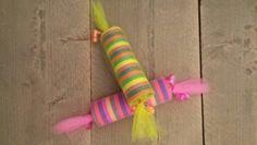 Tractatie leuk voor kinderen die jarig zijn tijdens carnaval! Gemaakt van carnavals slingers gevuld met snoep, ingewikkeld met tule.