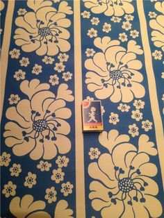 2 rullar Tapet Tasso Bahamas Retro 70 tal blå blommönster
