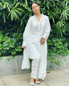 Hina Khan Looks Vision in White In Her Latest Ethnic Wear Look - HungryBoo Heena Khan, Pakistani Dresses Casual, Ethnic Looks, Teen Actresses, Indian Designer Outfits, Indian Wedding Outfits, Saree Styles, Girl Photography, Fashion Pants