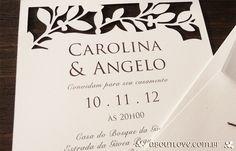 Convite de casamento elegante com borda recortada em padrão de folhas - AboutLove