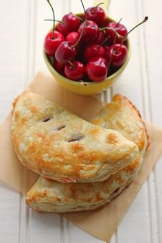 Best dessert recipe using fresh cherries: fresh cherry hand pies! Made with store-bought dough and come together quickly! Dessert For Two, Pie Dessert, Dessert Recipes, Drink Recipes, Cherry Desserts, Cherry Recipes, Cherry Hand Pies, Delicious Desserts, Yummy Food