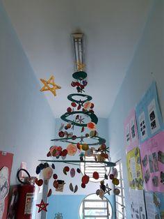 Árvore de Natal feita com materiais reciclados e enfeites produzidos por nossas crianças do CEI Material: - Papelão; - tinta verde; - fio de nylon; - fundo de caixa de maçã; - cartolina branca e giz de cera; - tinta guache colorida; - rolinho de papel higiênico. Winter Christmas, Xmas, Advent, Snowflakes, Origami, Diy And Crafts, Classroom, Activities, Holiday Decor
