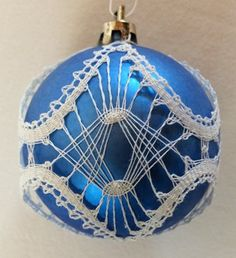 Knipling i Danmark - Mønstre Christmas Tree Decorations, Christmas Bulbs, Holiday Decor, Lace Art, Lace Jewelry, Lace Patterns, Bobbin Lace, Lace Detail, Advent