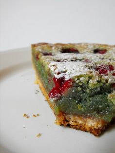 The summer slaughter: Pistachio & raspberry tart, almond-style - Rouge Framboise - - Easy Healthy Recipes, Quick Easy Meals, Sweet Recipes, Raspberry Tarts, Thermomix Desserts, Weird Food, Food Inspiration, Love Food, Food And Drink