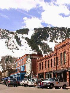 """Aspen : la plus chic des stations de ski américaines : Aspen, située dans le Colorado au cœur des #Montagnes Rocheuses, est l'une des stations de sports d'hiver les plus huppées des Etats-Unis. Il n'est pas rare d'y croiser des stars comme Catherine Zeta-Jones et Antonio Banderas. Mais ce côté """"paillettes"""" n'est pas le seul atout de la station : cette destination """"hype"""" doit aussi sa popularité à son cadre époustouflant."""