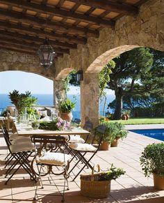 """A esta casa siempre le dicen: """"¡Por ti no pasan los años!"""" En su medio siglo de historia ha pasado por varias reformas que la han mejorado (ahora tiene piscina, porche nuevo...) pero sin perder su esencia. Así, sí vale la pena cumplir años. La tienes toda en el link de la bio #elmueble #casaelmueble #encasade #casa #casas #house #decoracion #decoration #ideasdeco #interiorismo"""