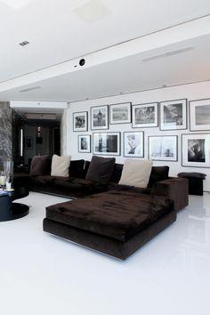 TV room Projector netjes in plafond verwerkt.