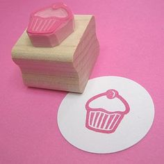 Mini Cherry Cupcake Rubber Stamp – Cake Stamper – Gift for Baker – Baking Supplies – Gift for Mother – Papercrafting Supply – Scrapbooking Mini Cupcake con una cereza en la parte superior tallada por skullandcrossbuns, £ Tie Dye Crafts, Diy And Crafts, Paper Crafts, Fabric Stamping, Handmade Stamps, Tampons, Free Baby Stuff, Teaching Art, Mini Cupcakes