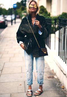 Rien de tel qu'un gros gilet pour réchauffer une paire de sandales estivales ! (sac Givenchy - blog Nina Suess)