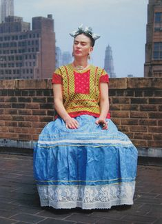 For 10 years, photographer Nickolas Muray and artist Frida Kahlo had an affair. During this time, Muray shot a colorful collection of Frida Kahlo photos. Frida E Diego, Frida Art, Diego Rivera Frida Kahlo, Frida Kahlo Exhibit, Nickolas Muray, Traditional Mexican Dress, Foto Poster, New York Photos, Mexican Artists