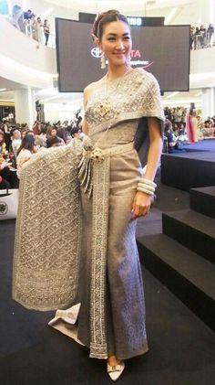 Thai Traditional Dress, Traditional Wedding Dresses, Traditional Fashion, Traditional Outfits, Thai Wedding Dress, Khmer Wedding, Thai Brides, Bride Suit, Thai Fashion