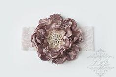 Nyhet! Nydelig Håndlaget Blomst i Gammel Rosa og Krem Blondestrikk -Vintage Shabby Chic Hårbånd | Perfekt til fotografering