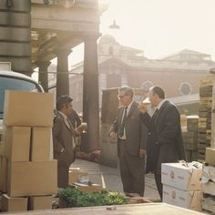 Clive Boursnell's photos of Old Covent Garden capture everyday moments in the vanished fruit, vegetable and flower markets. Candid Photography, Color Photography, Street Photography, Vintage London, Old London, 1960s Britain, London Market, East End London, London History