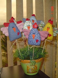 So many options with these cool chicks could use up small scraps! Bird Crafts, Animal Crafts, Felt Crafts, Fabric Crafts, Crafts To Make, Easter Projects, Easter Crafts, Chicken Pattern, Chicken Crafts