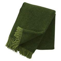 Linus is een kleurrijke en knusse wollen plaid van Klippan Yllefabrik. De wollen plaid kan ook worden gebruikt als bedsprei.