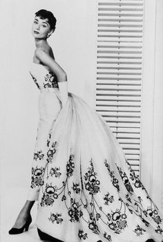 """Design Innova: Os 25 Vestidos Inesquecíveis do Cinema """"...) O vestido preto e branco usado por Audrey Hepburn no filme Sabrina (1954) - O vestido branco com bordados florais em preto, foi criado por Givenchy..."""""""