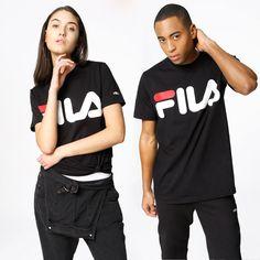 T-Shirt fra FILA med tryk på brystet. Materiale: 100% Bomuld. Modellerne er 180 resp. 182 cm og er fotograferet i str S og L.