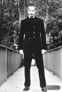 Looking quite Nosferatu. Must've been a Dracula promo shoot. Gary Oldman, Beautiful Men, Beautiful People, Tim Roth, Romantic Pictures, Black And White Portraits, Gisele, Dracula, Hollywood Stars