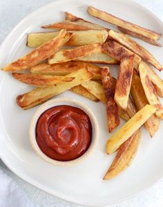 This Homemade Ketchup recipe is made in a blender in just 5 minutes! No need to simmer it on the stove, and it's made healthy without white sugar. Paleo & Vegan. #homemadeketchup #whole30recipes #paleorecipes #paleorecipe #veganrecipe #veganrecipeshare #ketchuplover #homemadefries #refinedsugarfree #datesweetened #fruitsweetened #kidrecipes #blenderrecipes #glutenfreerecipes #dairyfreerecipes #detoxinista Finger Food Appetizers, Healthy Appetizers, Appetizer Recipes, Healthy Foods, Homemade Ketchup Recipes, 5 Minute Meals, Cheese Dip Recipes, Oven Dishes, Vegan Treats