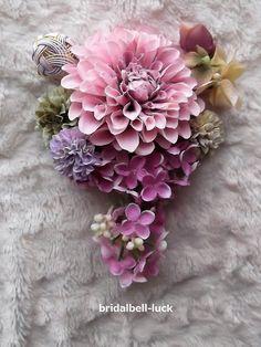 髪飾りの大きさは縦約18cm×横約15cmです。 お花はすべて造花です。 造花・・・ダリア・マム・ミニマム・あじさい・ライラック手作り・・・手毬(水引)です。 コーム付きです。ご注文後3日ほどで発送可能です。 詳しいお届け日数についてはお気軽にお問い合わ...