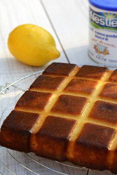 -1 boite de lait concentré sucré (397g …ça non plus en n'en reparle pas …)  -4 œufs  -120g de farine  -1 sachet de levure chimique  -50g de beurre mou  -zeste + jus d'un citron four à 180°C melanger le  lait concentré +les oeufs 1 par 1ajouter le jus de citron puis le beurre - il fera des grumeaux normal ! )puis la levure et la farine. Cuire au moins 30 mn
