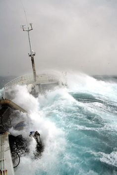 Photography Discover Merchant ship takes on a rogue wave Big Waves Ocean Waves Rogue Wave Sea Storm Rough Seas Stormy Sea Am Meer Speed Boats Sea And Ocean No Wave, Big Waves, Ocean Waves, Stürmische See, Fuerza Natural, Rogue Wave, Sea Storm, Rough Seas, Stormy Sea
