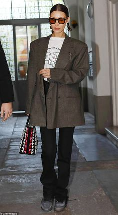 6 Easy (But Cool) Ways Celebrities Are Styling Their Black Jeans Right Now See all the easy yet stylish black-jean outfits celebrities have been wearing lately. Outfit Jeans, Jacket Outfit, Looks Street Style, Looks Style, Looks Cool, Bella Hadid Outfits, Bella Hadid Style, Mode Outfits, Jean Outfits