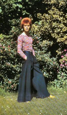 The Icon of Androgynous Fashion Style – Marvelous Color Photos of David Bowie . - The Icon of Androgynous Fashion Style – Marvelous Color Photos of David Bowie in the ~ - David Jones, David Bowie Fashion, Ziggy Played Guitar, Divas, David Bowie Ziggy, The Thin White Duke, Ziggy Stardust, Androgynous Fashion, Style Icons