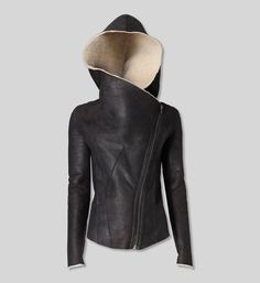 (Helmut Lang - Weathered Shearling Jacket) I like how chic this hooded leather jacket looks. Looks Style, Style Me, Boho Mode, Look Fashion, Womens Fashion, Unique Fashion, Mode Top, Shearling Jacket, Mode Outfits