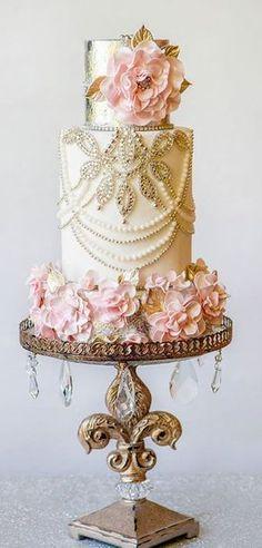 Vintage Glam wedding cake | Torta vintage glam drapeada en perlas y rodeada de flores de seda sobre un soporte con caireles super retro.