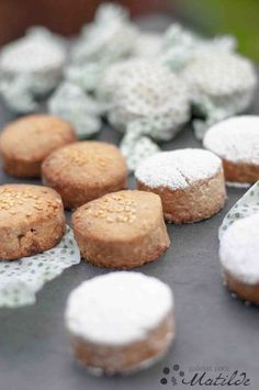 Polvorones de almendra Kitchen Recipes, Baking Recipes, Cookie Recipes, Xmas Food, Christmas Desserts, Shortbread, Cookies Cupcake, Mochi, Puerto Rico Food