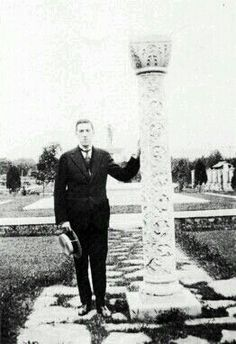 Lovecraft at what may have been the grounds of the now-vanished second Joseph Banigan House. Lovecraft Cthulhu, Hp Lovecraft, Cthulhu Tattoo, Yog Sothoth, Call Of Cthulhu Rpg, Lovecraftian Horror, Photo Galleries, Authors, Writers