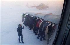 Les passagers poussent lavion pour quil puisse décoller [video]   les passagers poussent l avion pour le decollage