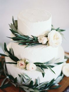 Foliage + floral topped cake: http://www.stylemepretty.com/2016/05/11/bohemian-wedding-on-waiheke-island/ | Photography: Katie Grant Photography - http://www.katiegrantphoto.com/