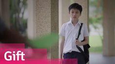 """El """"regalo"""" es un cortometraje de Singapur dirigido por Daniel Yam , que cuenta la historia de un hijo infeliz confrontar su resentimiento hacia su padre sin éxito hasta que se dio cuenta de sus verdaderas intenciones y entendido el verdadero significado de lo que su padre ha sido siempre diciendo: """" Ser rico no es acerca de lo mucho que tiene, sino de lo mucho que puede dar. """".  Vea este vídeo fructífera que seguramente va a tocar su alma más profunda!    Ahora has darse cuenta de lo que…"""