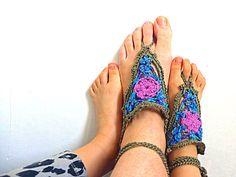 Sandali a piedi nudi realizzati alluncinetto per bimbe e donne, fatti a mano in filato di cotone e in brillanti colori floreali, per farti pensare