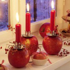 Apfel mit Kerze und Hagebuttenzweig
