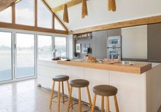 cuisines modernes et déco de bois avec mobilier blanc