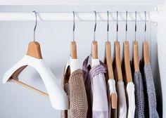 Hemden und Kleider rutschen beim Suchen und Rausnehmen oft von den Bügeln. Ein einfacher und preiswerter Trick, um die Garderobe auf glatten Aufhängern zu halten: Stoffmuster aus Samt, Velours oder Wildleder auf den Oberseiten der Bügel befestigen, das hält die Kleidung gut und sicher.