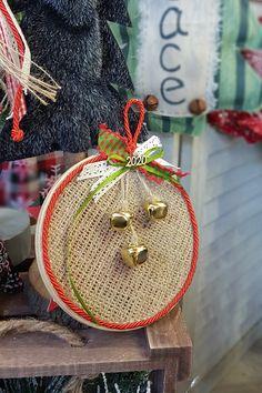 Εντυπωσιάστε φίλους και αγαπημένους με αυτήν την πρωτότυπη ιδέα. Φτιάξτε και χαρίστε τους ιδιαίτερα γούρια με τελάρο κεντήματος, κορδέλες και χρυσά κουδουνάκια. #xmascharms #xmas2020 #christmas2020 #diyxmas #gouria #barkasgr #barkas #afoibarka #μπαρκας #αφοιμπαρκα #imaginecreategr Diy Xmas, Arts And Crafts, Diy Crafts, Snowflakes, Straw Bag, Favors, Christmas Ornaments, Christmas Ideas, Create