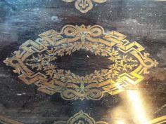 2- TABLE A JEU à plateau frisé à décor de marqueterie de laiton et bois noirci. Epoque Napoléon III.